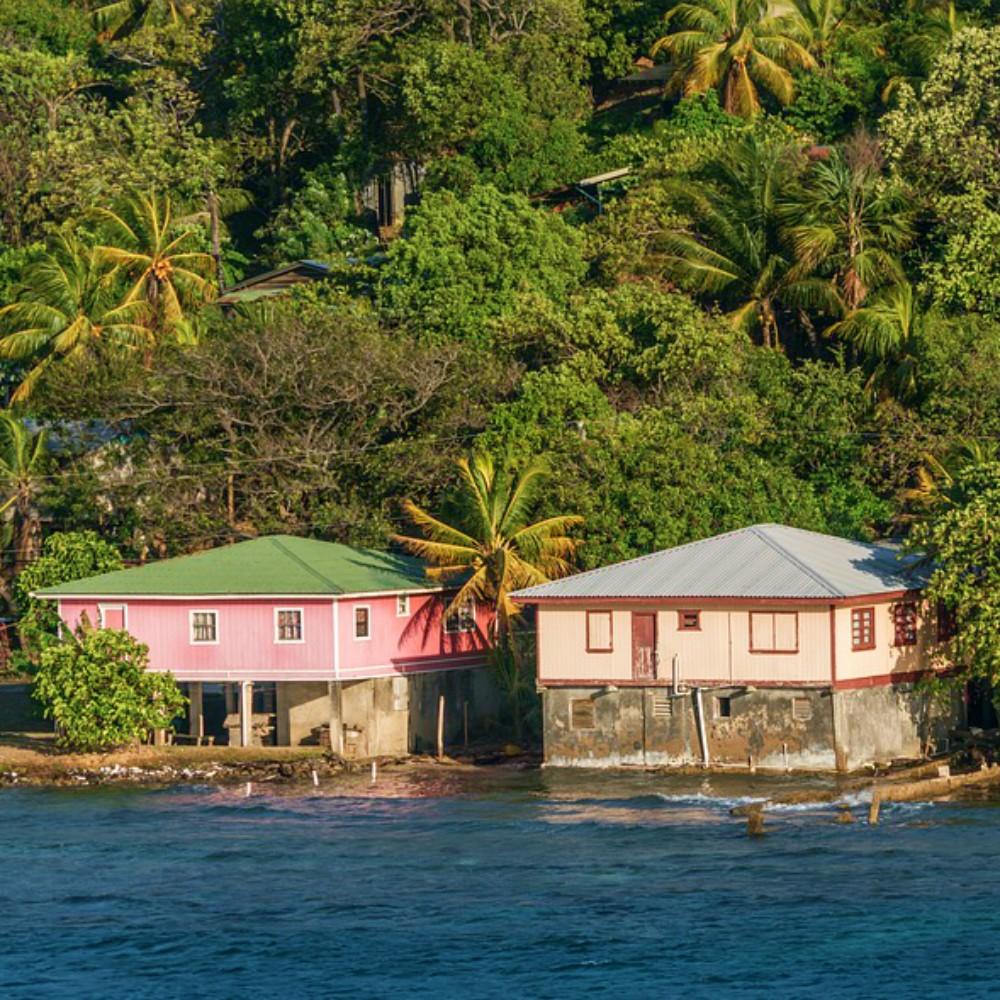 Huisjes aan het water in Honduras